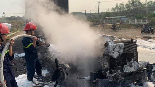 Xe container bốc cháy ngùn ngụt sau khi tông thương vong hai vợ chồng
