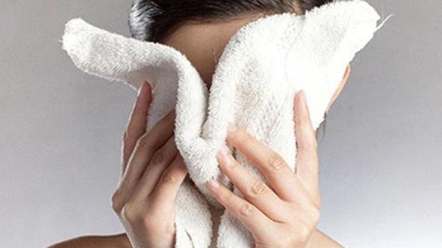 Nên hay không nên dùng khăn mặt rửa mặt? BS phân tích những điều khiến nhiều người ngạc nhiên