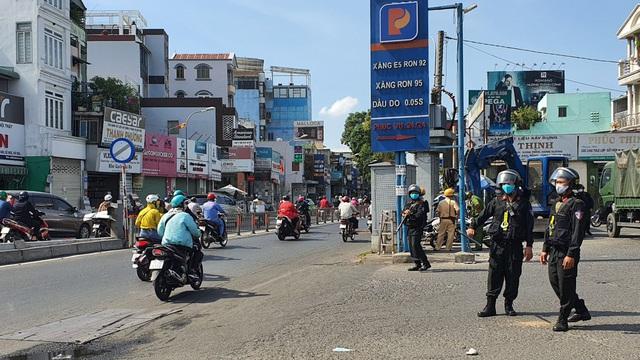 Cảnh sát cơ động bất ngờ phong toả cây xăng ở TP.HCM
