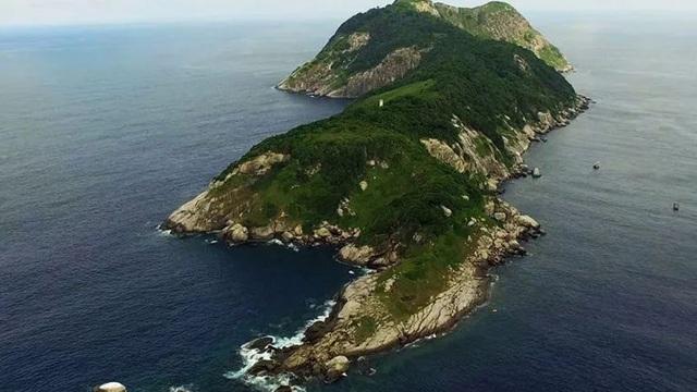 Hòn đảo xinh đẹp này chỉ cách bờ biển Brazil 40km nhưng không một ai được phép đặt chân tới, vì sao?