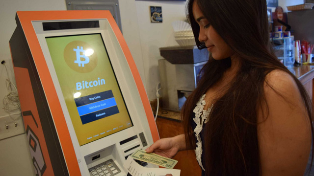 """ATM Bitcoin tràn ra khắp nước Mỹ: """"Đút"""" vào 1 đồng lấy ra tương đương 923 triệu VNĐ - có thật 'dễ ăn' như vậy không?"""