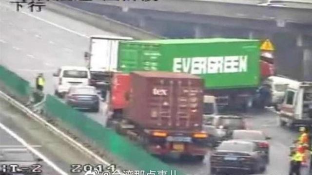 Chiếc xe container gặp nạn chắn ngang đường cao tốc ở Thâm Quyến gây 'sốt' mạng xã hội