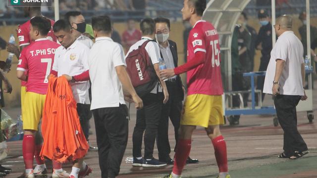 Bầu Hiển xuống sân, gặp riêng HLV đối thủ sau trận hòa thất vọng của Hà Nội FC