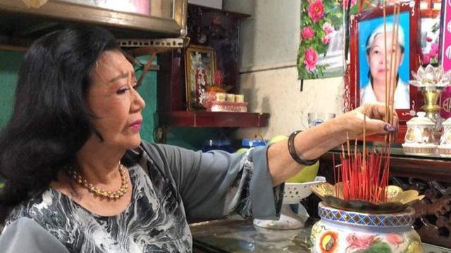 """Con gái nuôi nói với NSND Kim Cương: """"Mẹ khóc nhiều quá làm chén nước thành mặn rồi đấy"""""""