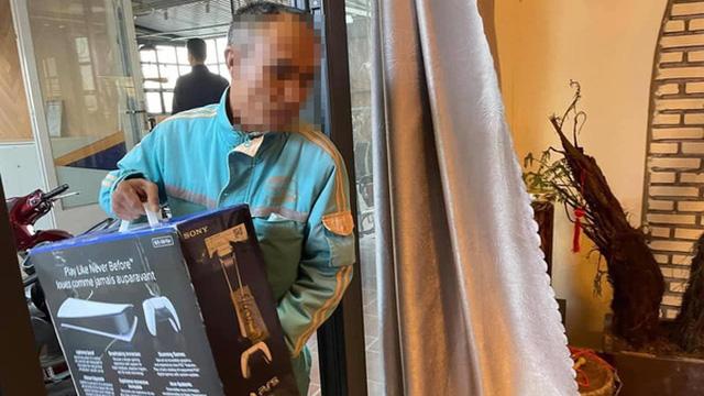 Thuê người đóng giả nhân viên nhà mạng tới lắp đặt 'cục wifi' PS5 để lừa vợ, game thủ Việt được dân mạng nước ngoài khen hết lời