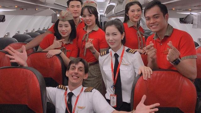 Ngày 8/3: Bay cùng những nữ phi công xinh đẹp