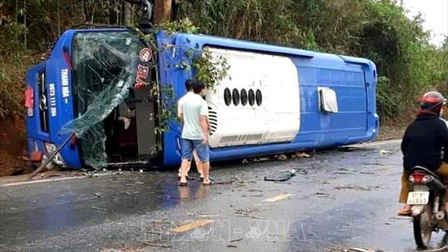 Lật xe khách tại Kon Tum khiến 19 người bị thương