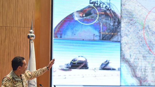 """Cảng dầu lớn nhất thế giới """"hứng"""" tên lửa: Thành phố rung chuyển, giá dầu tăng vọt"""