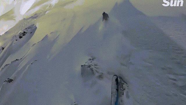 """Video: Đang trượt tuyết gặp ngay tuyết lở, thanh niên bị """"chôn sống"""" và màn giải cứu nghẹt thở"""