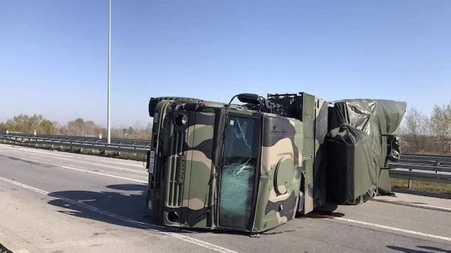 Siberia: Xe quân sự gặp tai nạn lật nhào, văng cả tên lửa trên đường cao tốc