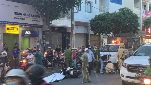 Tông vào đuôi xe khách, người đàn ông ngã xuống đường tử vong tại chỗ ở Sài Gòn