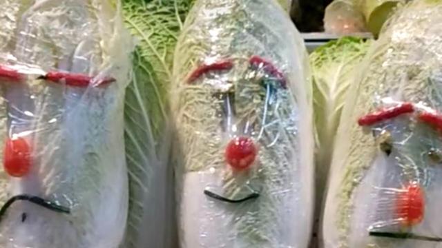 Đi làm ở siêu thị nhưng có tố chất hài hước, các nhân viên biến quầy rau củ thành một góc 'hoạt hình' khiến khách nào nhìn thấy cũng giật mình
