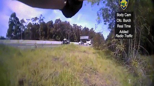 Video: Nghi phạm nã đạn định cướp xe bỏ trốn, cảnh sát rút súng bắn chết tại trận