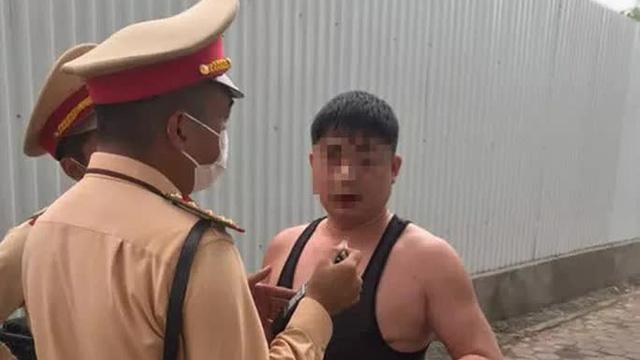 """Người đàn ông say xỉn, xưng là quân nhân """"làm loạn"""" tại chốt CSGT"""