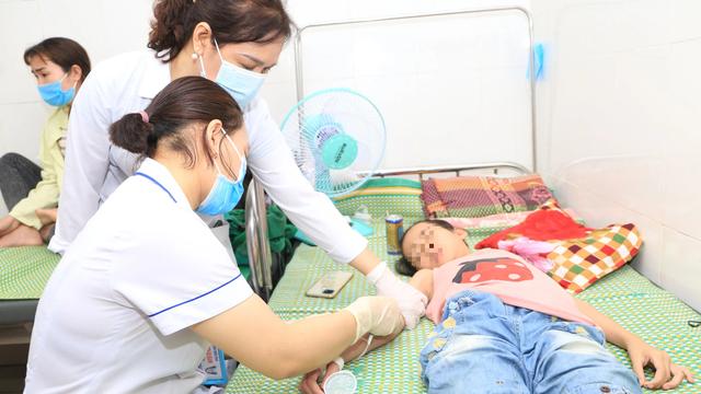 Mỗi ngày có hàng trăm trẻ đến khám, nhập viện vì bệnh viêm màng não ở Nghệ An, Hà Tĩnh