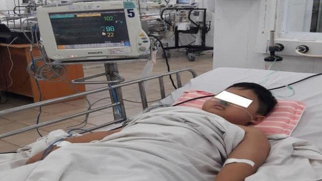 Bé trai 8 tuổi bị ngộ độc nặng khiến máu chuyển từ màu đỏ sang màu nâu, được chuyển 3 viện để cấp cứu
