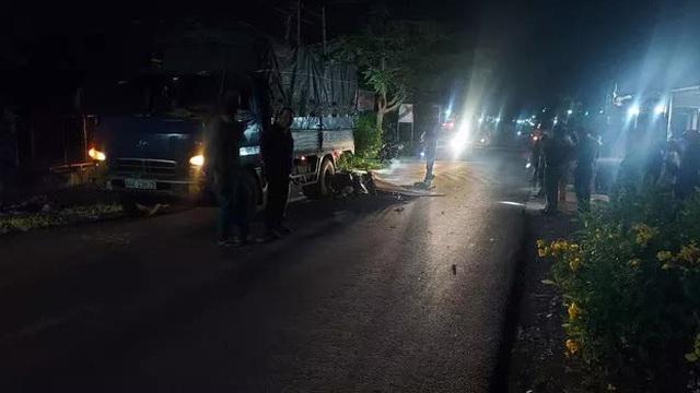 Kinh hãi xe máy lao thẳng đuôi xe tải, 2 người văng ra tử vong