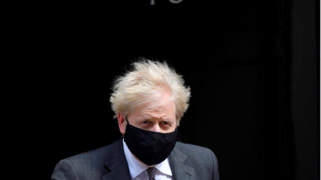Thủ tướng Anh phủ nhận đã nói 'thà để hàng ngàn thi thể chất đống' hơn phong toả lần 3