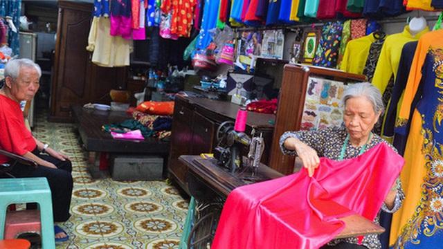 Chuyện cụ bà tóc trắng bên trong tiệm may 4 đời ở phố Cổ: 'Tôi mất 400 cây vàng để mua lại cái tiệm chưa đầy 20m2 này'