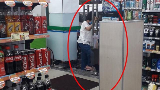Người phụ nữ khuyết tật và hành động bất ngờ ở cửa siêu thị khiến tất cả đều trầm trồ cảm thán