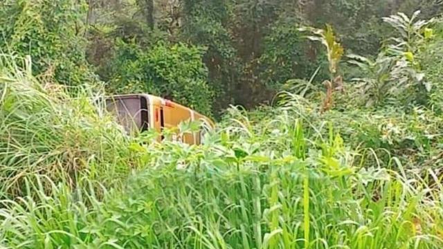 Xe khách chở 22 người lao xuống vực, trượt dài ở Đắk Nông