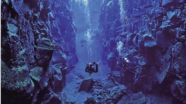 Ném quả cầu sắt nặng 100 kg xuống rãnh sâu nhất Trái Đất: Điều gì sẽ xảy ra?