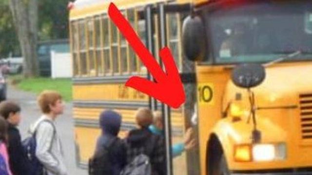 Được cậu học sinh lén nhét mảnh giấy vào tay trước khi xuống xe, tài xế xe buýt đọc xong tức tốc báo cảnh sát và câu chuyện bất ngờ đằng sau