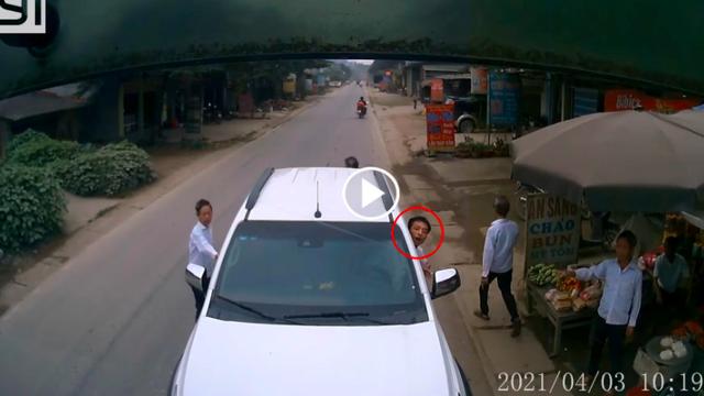 Đỗ ngược chiều đợi người thân mua đồ, tài xế ngồi trong xe hút thuốc, quyết không di chuyển mặc tiếng còi thúc giục
