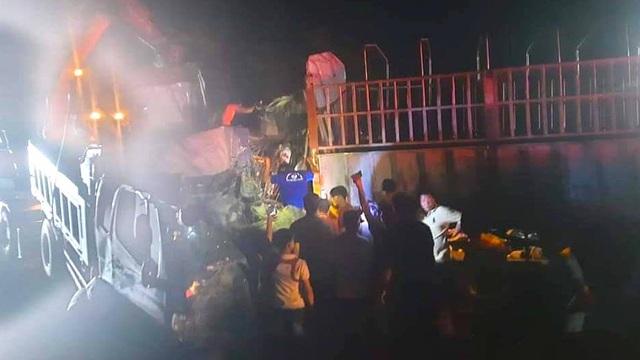 2 xe tải đối đầu bẹp dúm phải dùng máy xúc kéo cabin cứu tài xế, 1 người gãy lìa chân