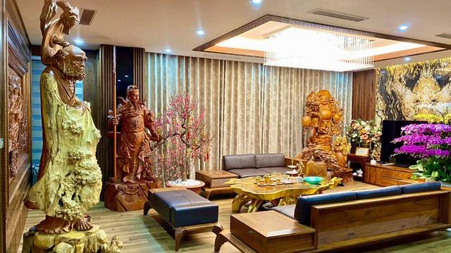 Nhà phố 450m2 của vợ chồng Hà Nội khiến dân tình loá mắt vì như 'biệt phủ' gỗ, có món nặng đến mức 25 người khiêng