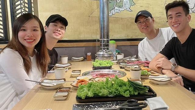 Công Phượng đưa vợ đi ăn tối cùng Tiến Linh, vóc dáng Viên Minh chiếm trọn spotlight