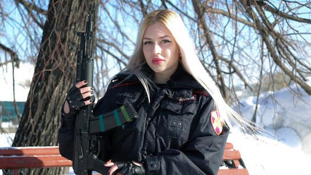 """Gây thương nhớ với nhan sắc cực phẩm, """"Người đẹp Vệ binh Quốc gia Nga"""" mất việc vì hành động sau đó"""