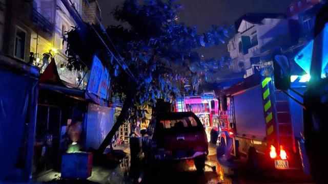 Chập ổ cắm điện gây cháy nhà, 4 người mắc kẹt