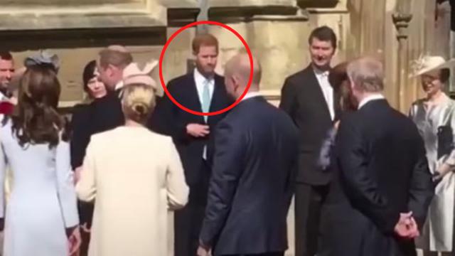 """Dân mạng """"đào mộ"""" khoảnh khắc Harry bối rối, liên tục lảng tránh vợ chồng anh trai trong lần đụng mặt mà không có Meghan Markle"""