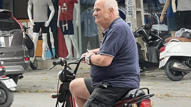 'Bố già' Ljupko Petrovic cưỡi xe điện đi dạo phố