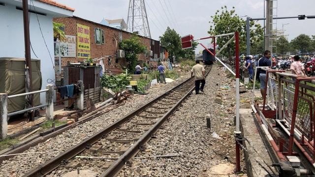 Băng qua đường ray, người phụ nữ bị tàu hỏa cán đứt 2 chân