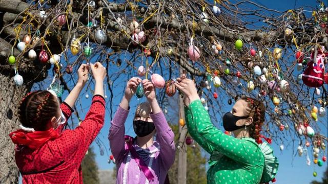 24h qua ảnh: Các thiếu nữ trang trí cây bằng trứng Phục sinh