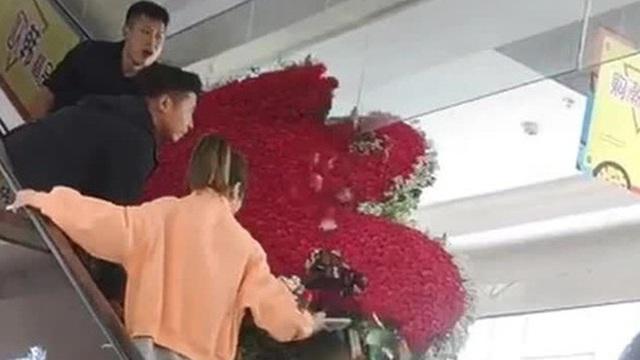 """Thanh niên tặng vợ cũ trái tim làm từ 1314 bông hoa hồng nhưng giữa đường thì """"vỡ tim"""""""