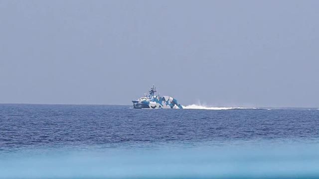Tàu tấn công Trung Quốc mang tên lửa dồn dập truy đuổi phóng viên Philippines trên biển Đông