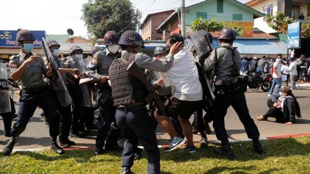 Chính biến Myanmar: Người biểu tình dùng vũ khí tự chế đối đầu lực lượng an ninh