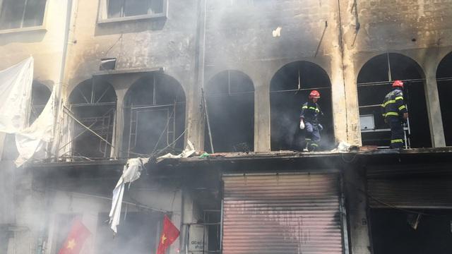 NÓNG: Dãy nhà dân ở trung tâm Sài Gòn bốc cháy dữ dội sáng 1/5
