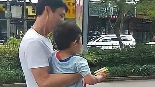 Bé trai bị bọn buôn người lôi lên xe ô tô nhưng bất ngờ được thả ra, mẹ hốt hoảng kiểm tra khắp người, phát hiện 1 điều cứu mạng con
