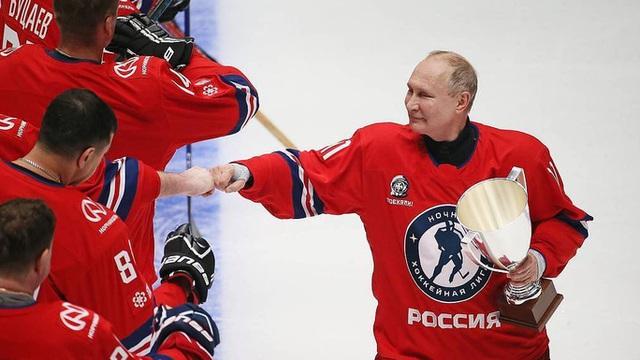 Lần đầu tái xuất trong giải khúc côn cầu ngôi sao, Tổng thống Putin gây sốt
