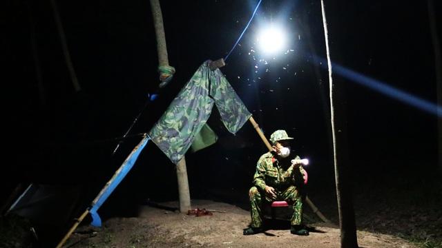 Bữa cơm ken đặc muỗi, kiến của các chiến sĩ chống dịch Covid-19 nơi biên cương