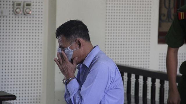 """""""Tham"""" 500 nghìn đồng, cụ ông khóc nức nở khi nhận lại 15 năm tù"""