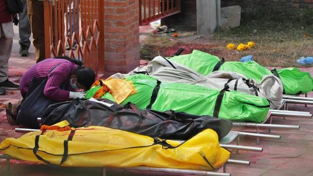 """""""Từ thiên đường xuống địa ngục"""": Láng giềng Ấn Độ chìm sâu trong thảm họa Covid-19, tỷ lệ phát hiện dương tính hơn 50%"""