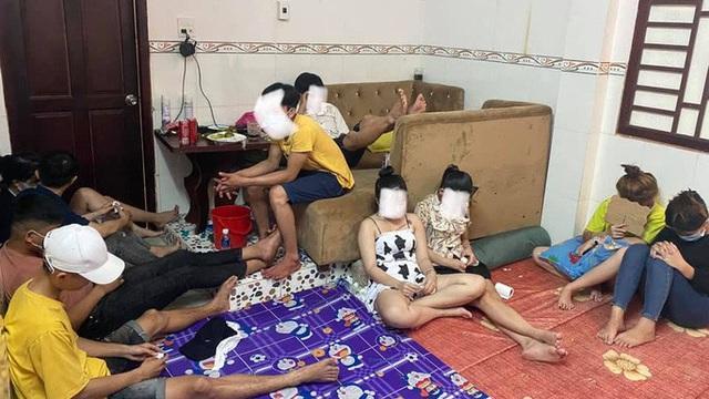 """Bất chấp dịch Covid-19, hàng chục nam nữ tổ chức """"bay lắc"""" trong nhà nghỉ"""