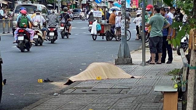 Người đàn ông mặc áo GrabBike bị đâm tử vong trước cổng BV Nhi Đồng I