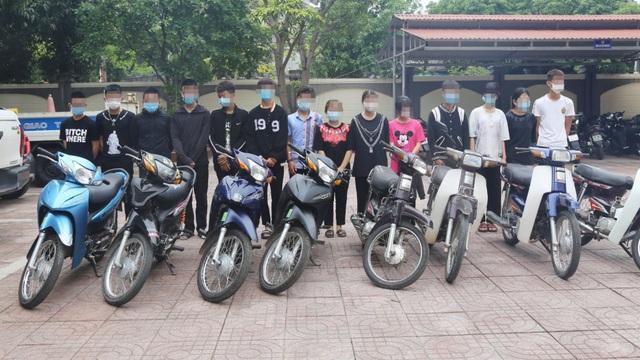 30 nam nữ học sinh tụ tập nhau đua xe, bốc đầu giữa mùa dịch Covid-19 rồi khoe lên mạng xã hội