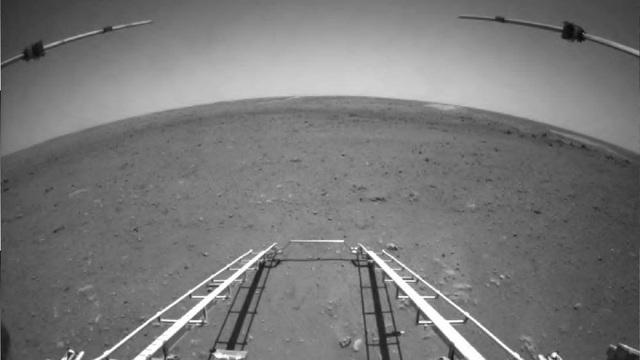 TQ công bố những hình ảnh đầu tiên của sao Hỏa do Thiên Vấn 1 gửi về: Thông tin địa hình rất phong phú